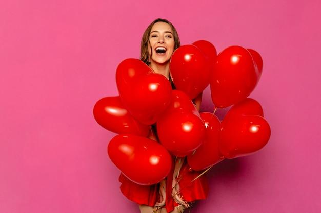 Valentijnsdag. gelukkige jonge vrouw, wijd glimlachend
