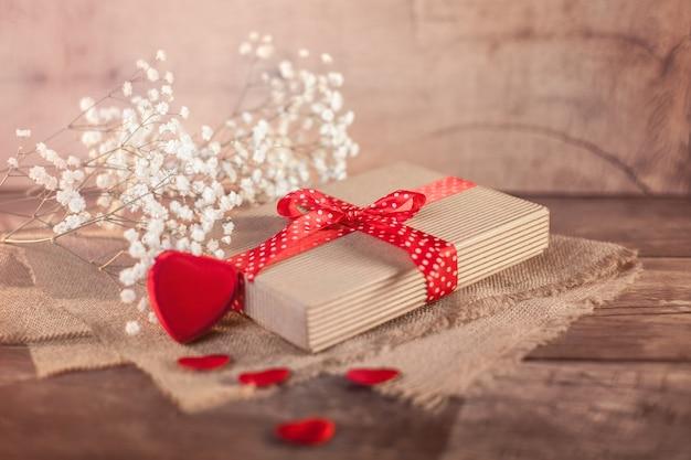 Valentijnsdag geschenk en hart op hout