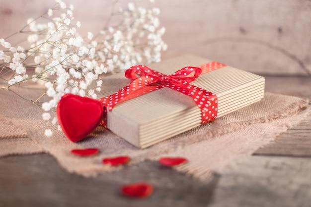 Valentijnsdag geschenk en harten op hout