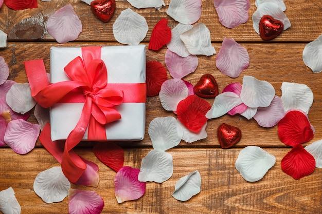 Valentijnsdag geschenk en harten op houten