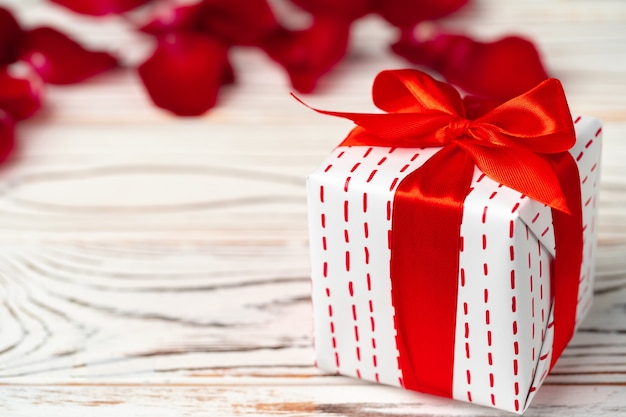 Valentijnsdag geschenk en rose op houten tafel