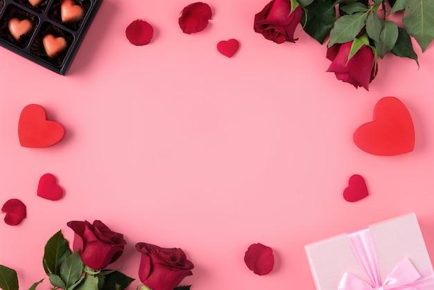 Valentijnsdag geschenk ontwerpconcept op roze achtergrond