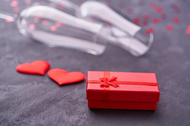Valentijnsdag geschenkdoos en champagneglazen
