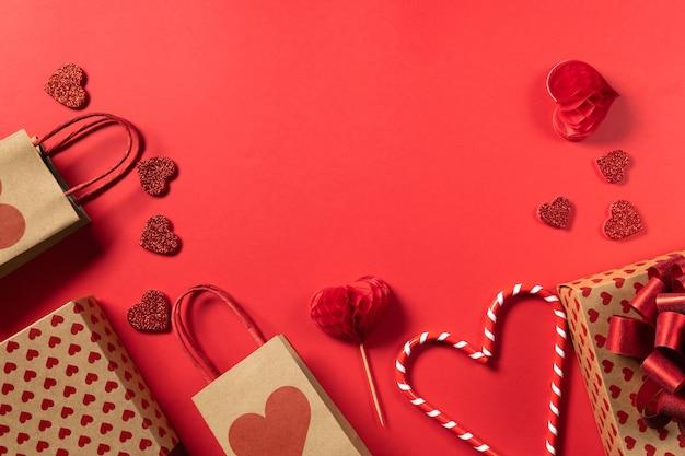 Valentijnsdag geschenkdoos en harten op rode achtergrond