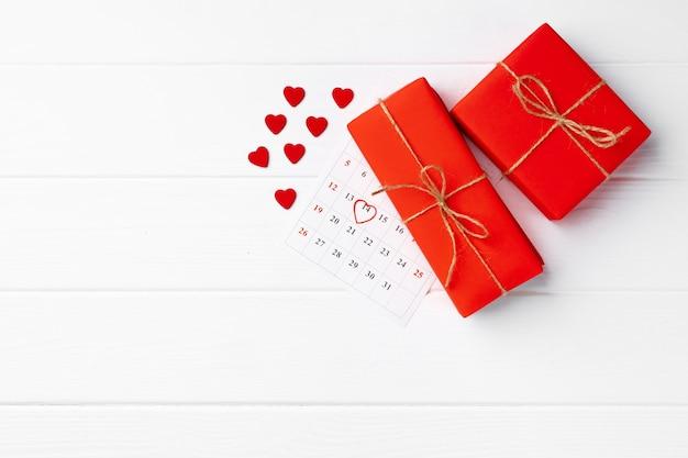 Valentijnsdag geschenkdoos op witte houten bovenaanzicht