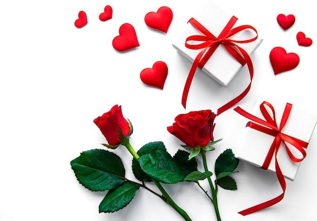 Valentijnsdag geschenkdozen en rode rozen op een wit oppervlak