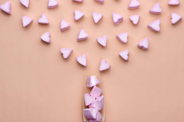 Valentijnsdag glas met veel snoepharten marshmallows
