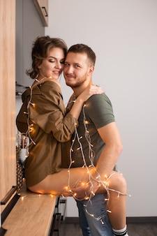 Valentijnsdag. glimlachend paar verliefd in keuken thuis