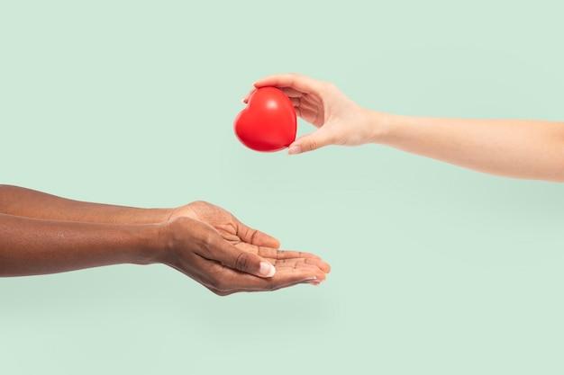 Valentijnsdag hart geven liefde en relatie concept