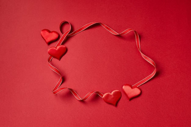 Valentijnsdag harten en lint. bovenaanzicht met kopie ruimte. valentijnsdag concept.