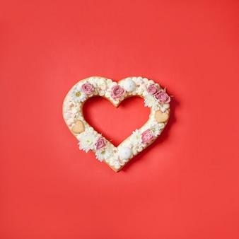 Valentijnsdag hartvormige cake met bloemen als decoratie.
