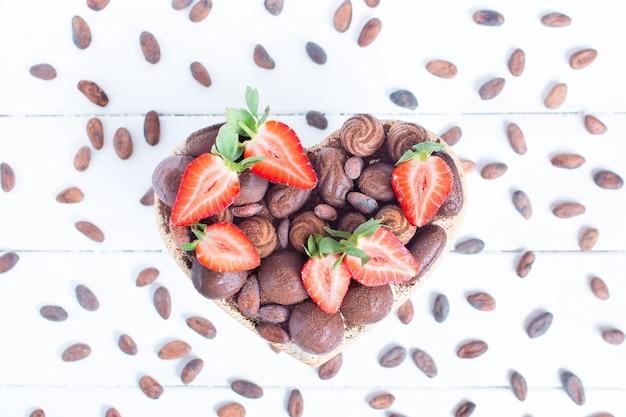 Valentijnsdag hartvormige doos met chocolaatjes en verse aardbeien