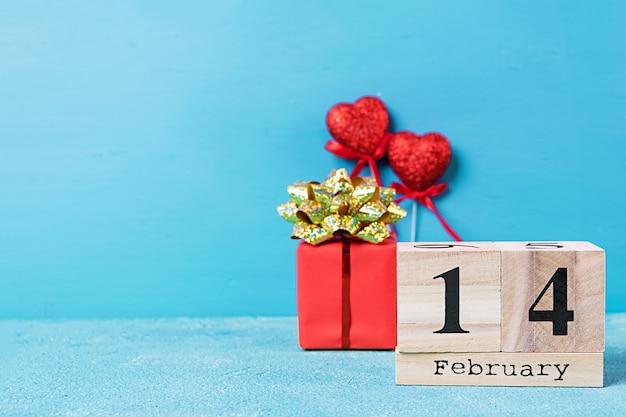 Valentijnsdag. houten kalender met 14 februari erop.