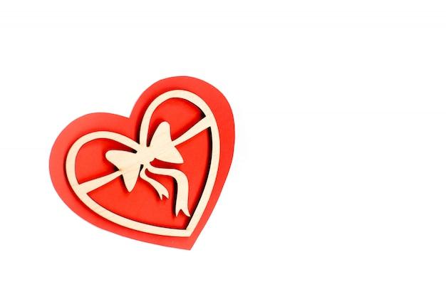 Valentijnsdag kaart achtergrond, rood schattig hart gemaakt van papier. witte achtergrond met hart in papier en decoratief houten hart. valentijnsdag romantisch. copyspace