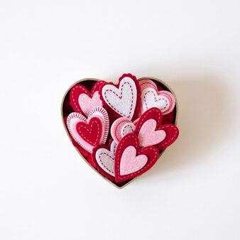 Valentijnsdag kaart met ruimte kopiëren. doos met harten op een witte achtergrond