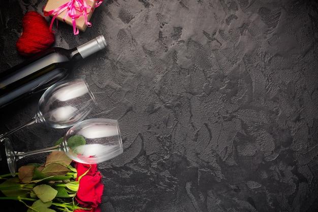 Valentijnsdag kaart met wijn en rozen