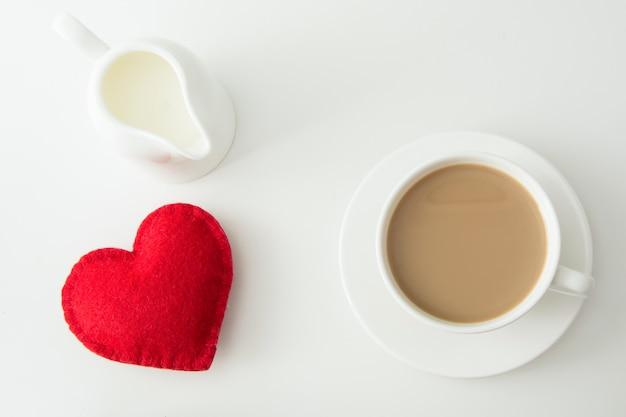 Valentijnsdag kaart. witte kop koffie met melk