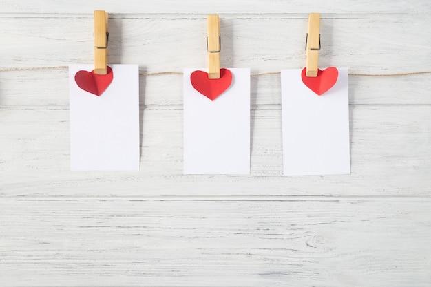 Valentijnsdag kaarten op houten achtergrond, mockup.