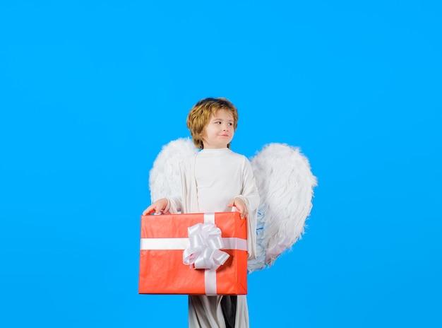 Valentijnsdag kleine engel met witte vleugels houdt huidige cupido februari kleine cupido jongen jongen engel