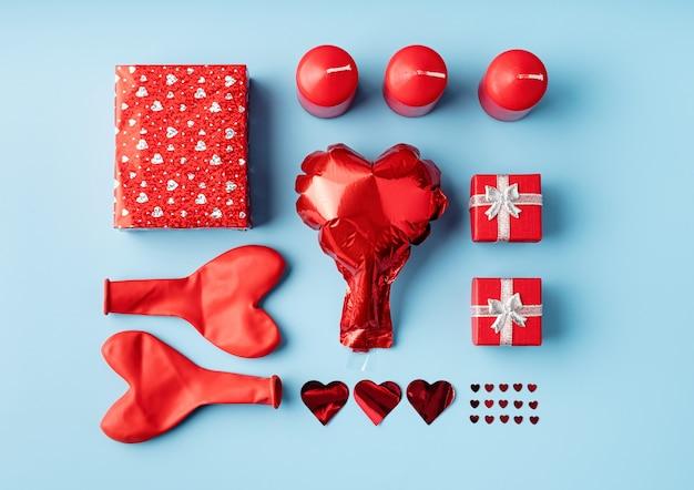 Valentijnsdag knolling objecten decoraties op blauwe achtergrond bovenaanzicht plat lag
