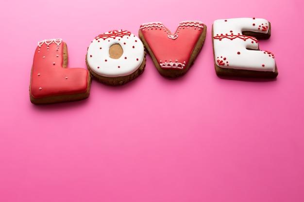 Valentijnsdag. koekjes met liefde op een roze achtergrond.