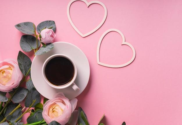 Valentijnsdag koffie, wenskaart een kleine witte koffiemok is gevuld met een donkere koffie