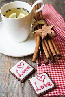 Valentijnsdag kopje thee en koekjes