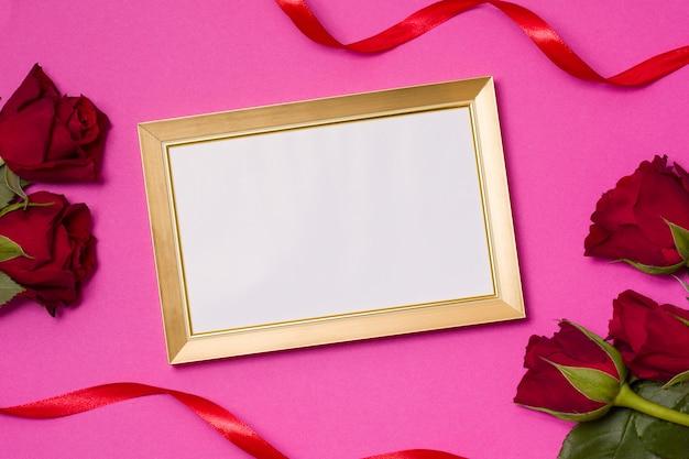 Valentijnsdag, leeg frame, naadloze roze achtergrond, rode rozen, harten, lint