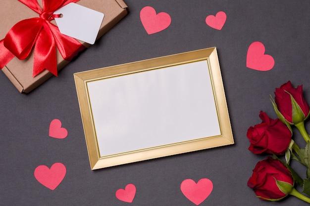 Valentijnsdag, leeg frame, zwarte achtergrond, geschenk, rode rozen, harten, bericht