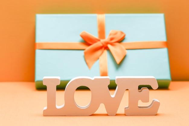 Valentijnsdag liefde concept. woord liefde gemaakt van houten letters op gele papieren achtergrond