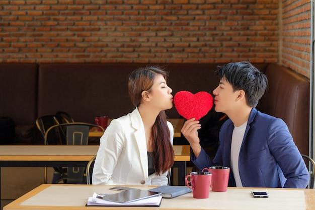 Valentijnsdag man gaf het rode hart aan een meisje om liefde te tonen.