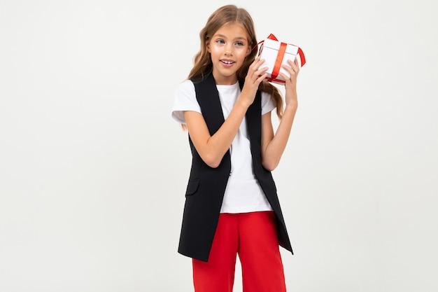 Valentijnsdag . meisje met een cadeau met een rood lint in haar handen op een wit met copyspace