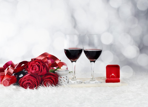 Valentijnsdag met champagneglazen en rode rozen