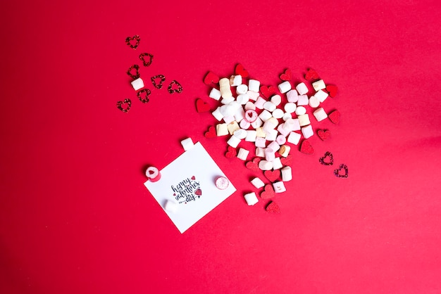 Valentijnsdag met houten harten en marshmallow
