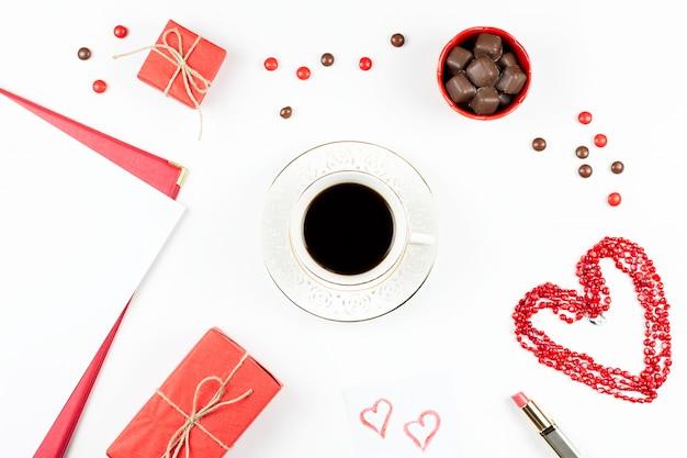 Valentijnsdag met koffiedrank, geschenkdoos, snoepjes