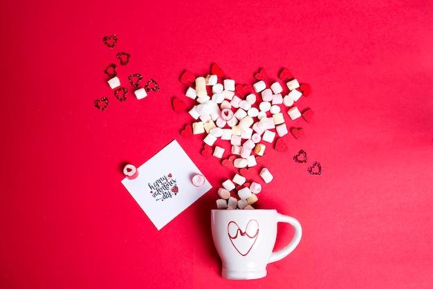 Valentijnsdag met kop koffie en houten harten met marshmallow