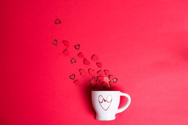 Valentijnsdag met kop koffie en houten harten