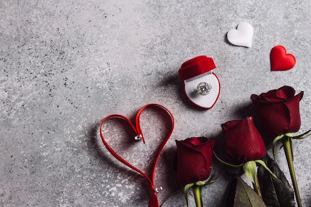 Valentijnsdag met me trouw verlovingsring in doos met rode rozen