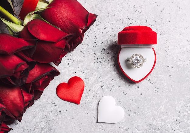 Valentijnsdag met me trouwen verlovingsring doos met rode roos geschenk