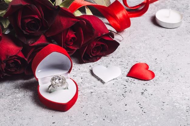 Valentijnsdag met me trouwen verlovingsring doos met rode roos