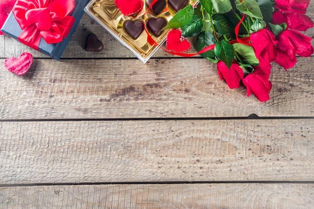 Valentijnsdag met rode rozen en chocoladehart