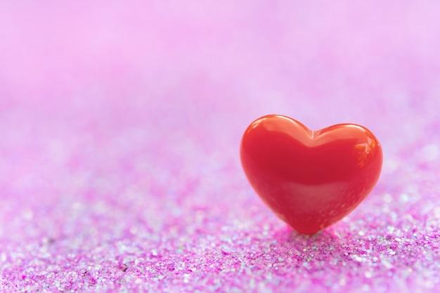 Valentijnsdag met rood hart vormen onbstract licht roze glitter, kopie ruimte