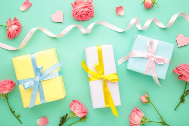 Valentijnsdag met roze rozen en geschenkdoos op munt