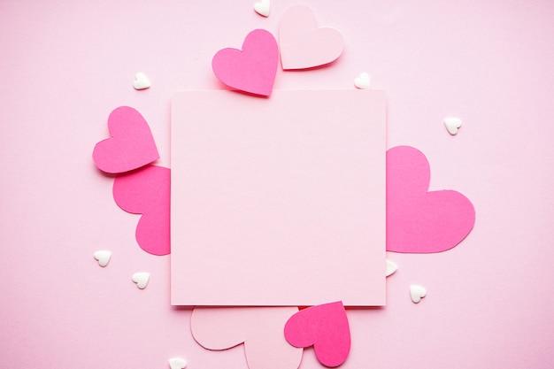 Valentijnsdag. moederdag achtergrond. liefde concept. harten op een pastel achtergrond, met ruimte voor tekst, plat leggen.