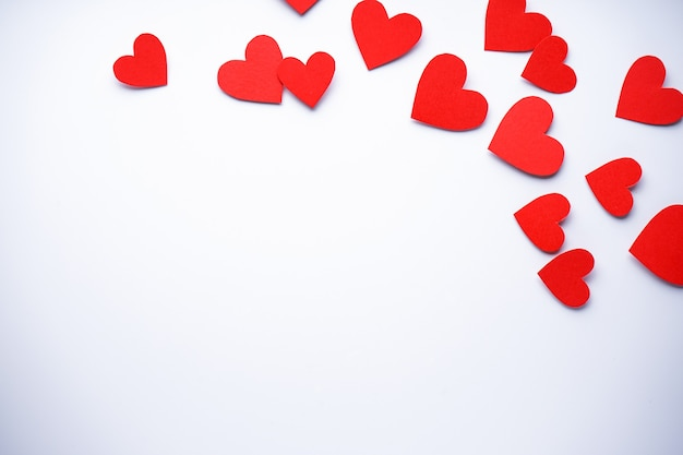 Valentijnsdag. moederdag achtergrond. liefde concept. papier hartjes op een witte achtergrond, plat leggen, met ruimte voor tekst.