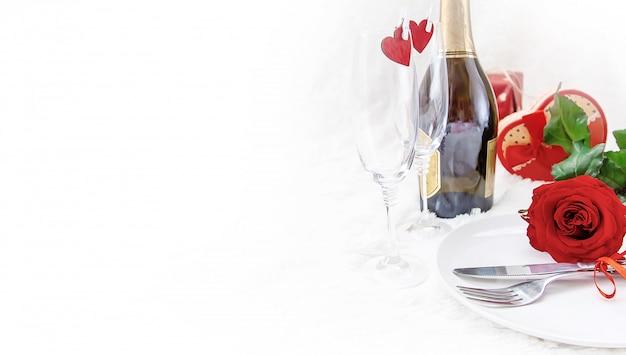 Valentijnsdag. mooie achtergrondgroetkaart met een roos. selectieve aandacht.
