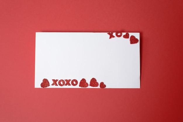 Valentijnsdag of bruiloft lege kaart, papieren harten confetti, lege ruimte voor uw tekst, bovenaanzicht.