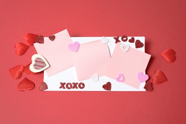 Valentijnsdag of bruiloft mockup scène met lege kaart, papieren harten confetti, lege ruimte voor uw tekst, bovenaanzicht.