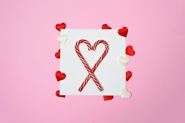 Valentijnsdag of bruiloft mockup scène met lege kaart