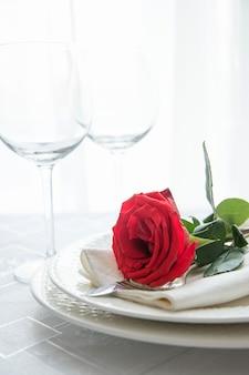 Valentijnsdag of romantisch diner met rode roos.